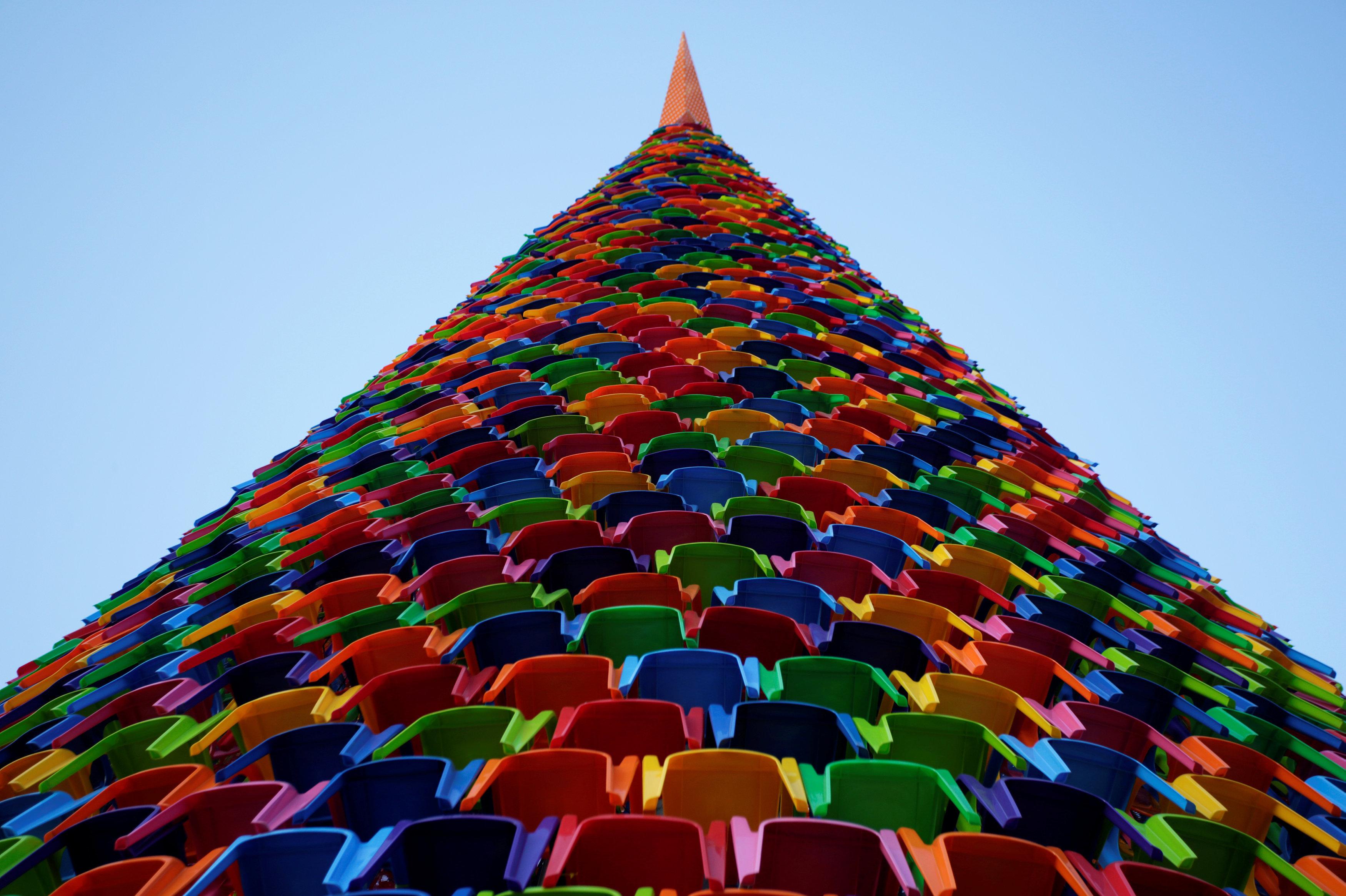 Árbol de Navidad hecho con sillas de plástico en México
