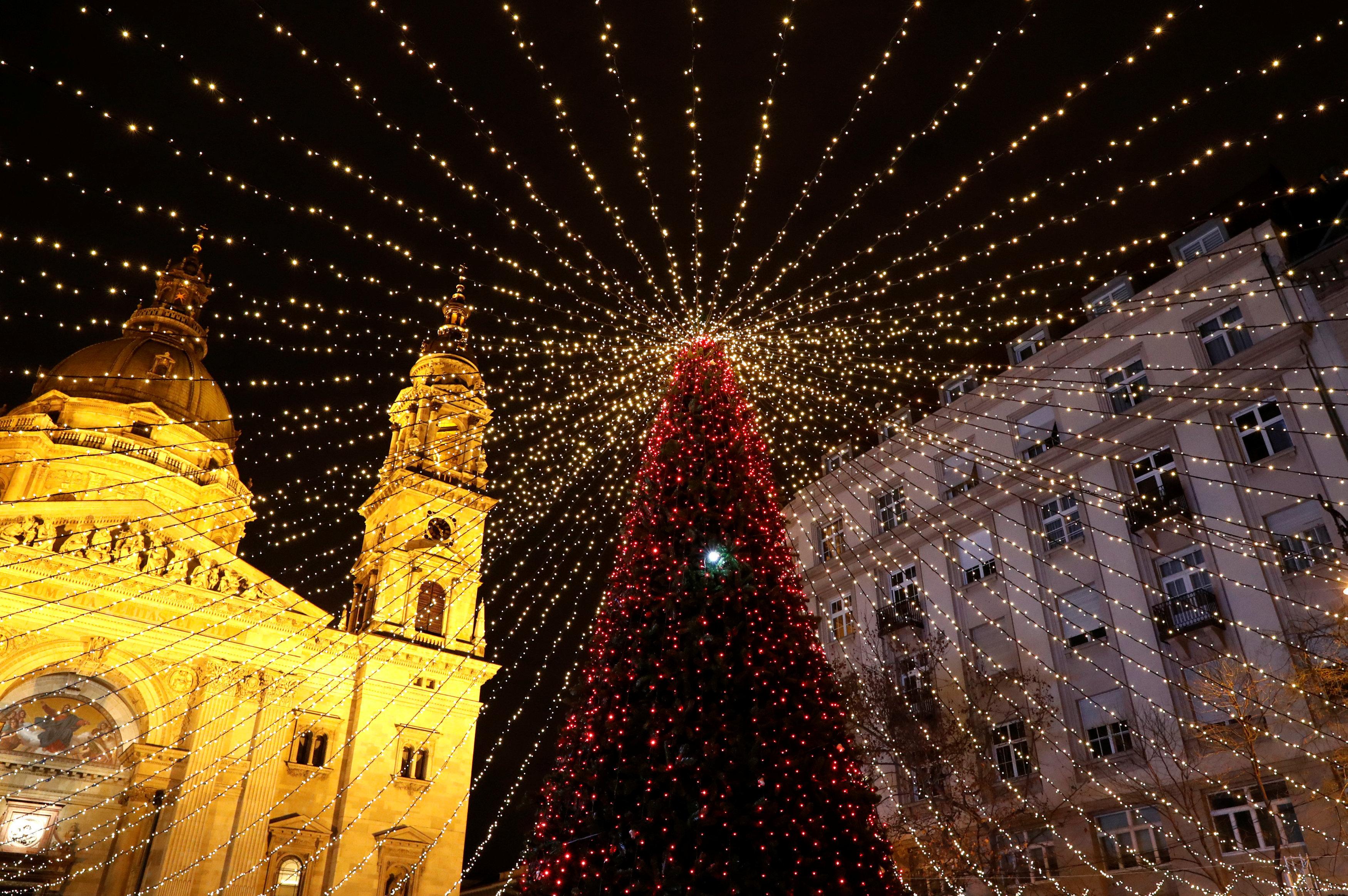 Un árbol de Navidad luce todo su esplendor frente a la Basílica de San Esteban en Budapest, Hungría