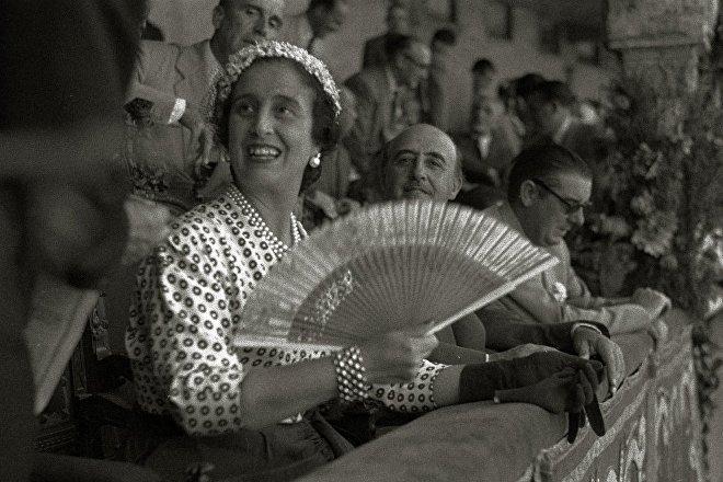 Francisco Franco y su esposa, Carmen Polo, en la plaza de toros El Txofre, País Vasco (España), 1950