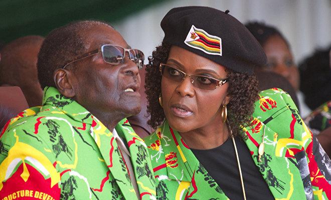 Robert y Grace Mugabe durante un acto público en la ciudad de Marondera (Zimbabue) meses antes de ser destituidos del poder por el Ejército del país africano, 2 de junio de 2017