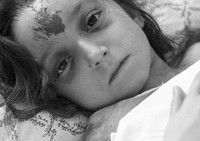 Niña herida durante el sismo de Spitak en un hospital de Moscú (archivo)