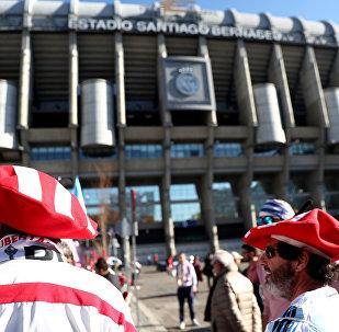 Los hinchas cerca de estadio Santiago Bernabéu en Madrid