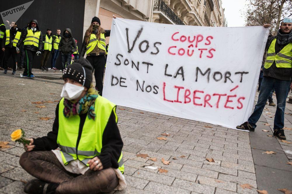 Autos quemados y piezas de museo destrozadas: protestas en París de los 'chalecos amarillos'