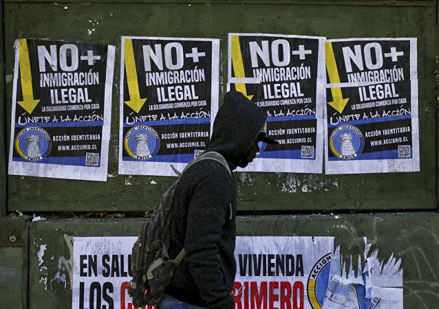 Pósters antimigrantes en las calles de Santiago de Chile