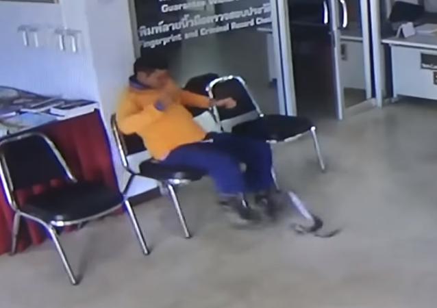 Una serpiente se abalanza sobre un tailandés en plena comisaría de policía