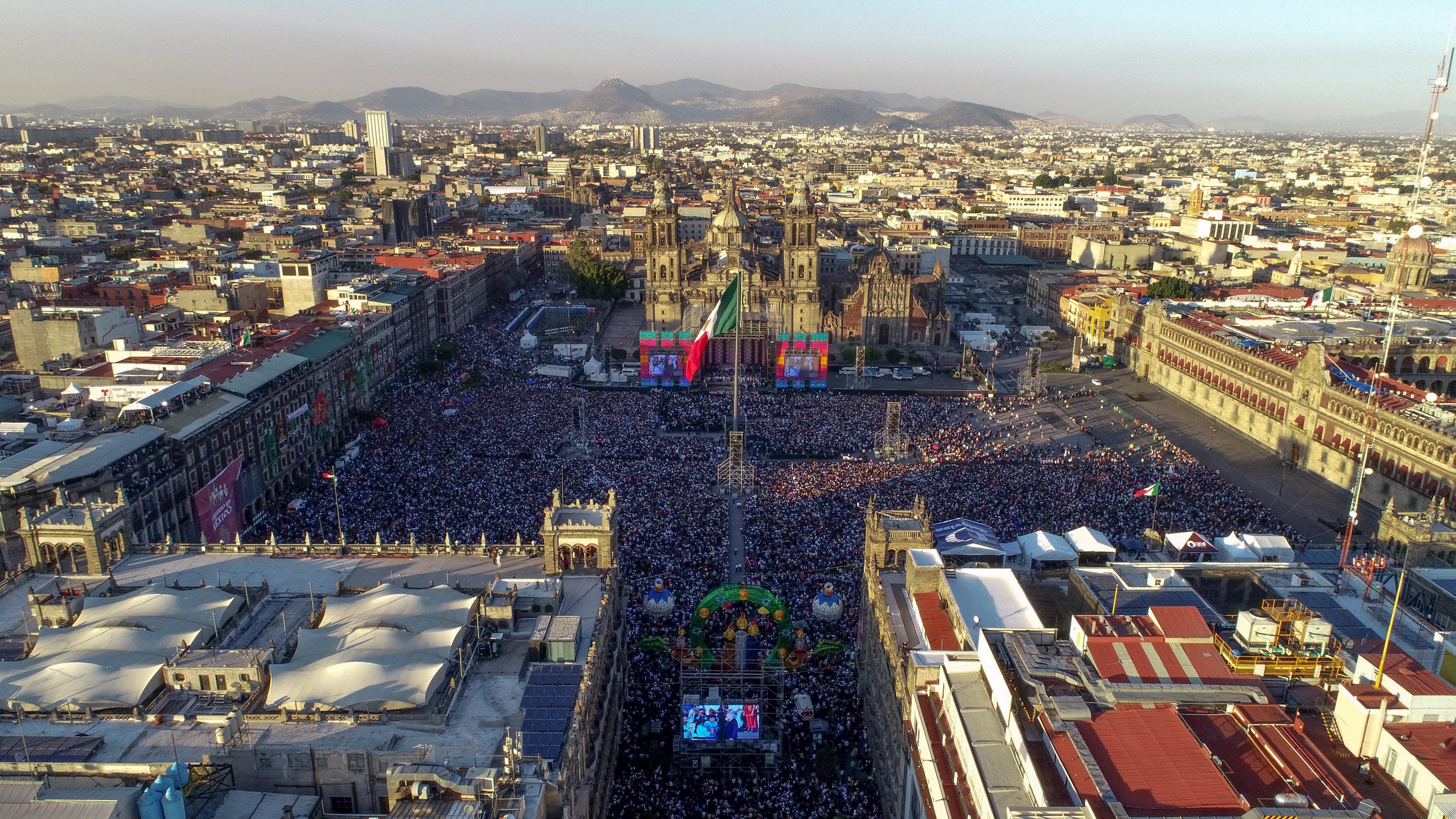 La gente asiste a la toma de posesión de Andrés Manuel López Obrador como presidente de México