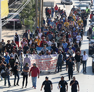 Marcha de unos migrantes hondureños en Tijuana