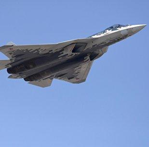 El caza polivalente ruso Su-57 en el cielo de Moscú