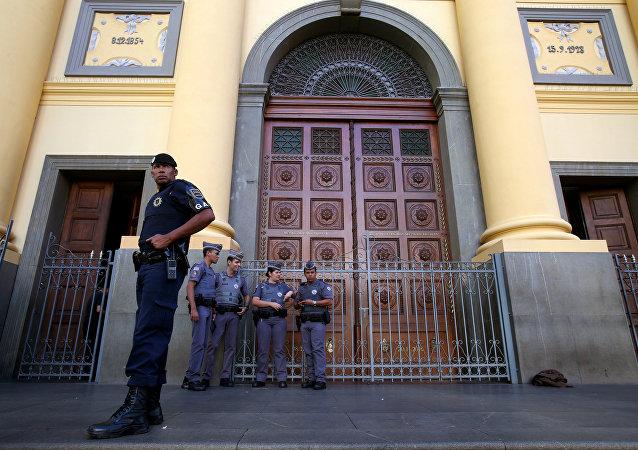 Policía cerca de la catedral de Campinas en Brasil