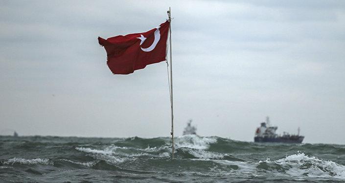 Una bandera de Turquía en la costa del mar Negro