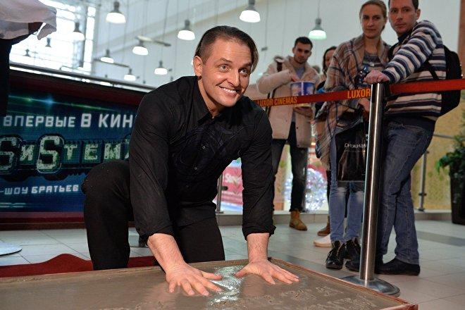 Askold Zapashni deja las huellas de sus manos en una placa justo antes del estreno de su show 'Sistema'