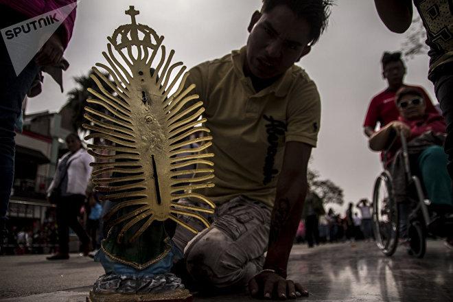 Hombre llega de rodillas y con una estatua a la Basílica de Guadalupe