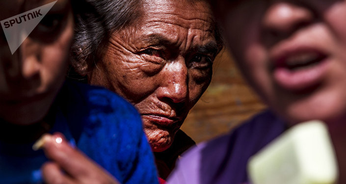 Mujer descansa tras su peregrinaje a la Basílica de Guadalupe