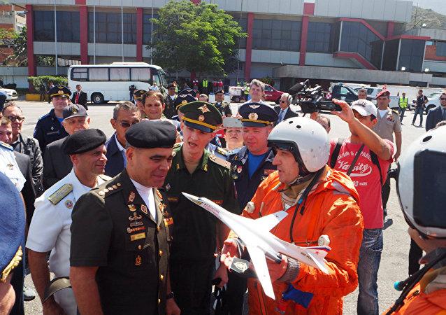 Vladimir Padrino López, ministro de Defensa de Venezuela junto a los pilotos del avión ruso Tu-160