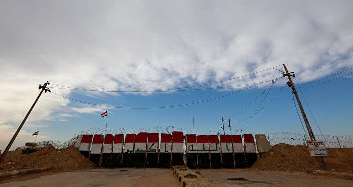 La bandera de Irak en la frontera con Siria