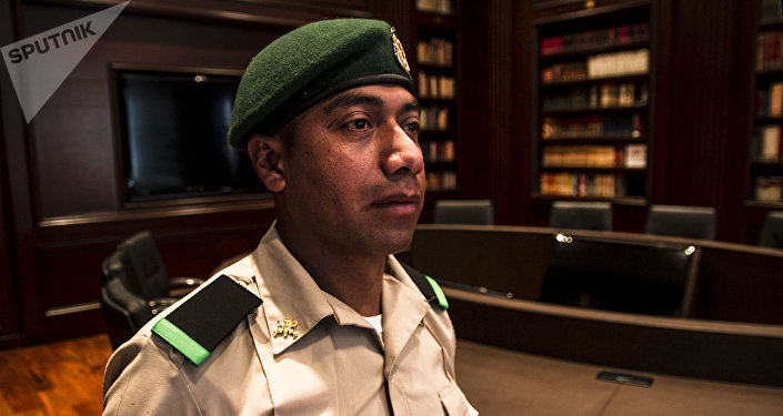 Soldado Martínez vigila la Biblioteca José Vasconcelos en Los Pinos