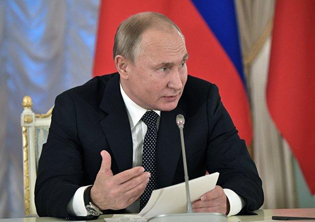 Vladímir Putin durante la sesión plenaria del Consejo de Cultura y Artes presidencial el 15 de diciembre de 2018 en San Petersburgo (Rusia)