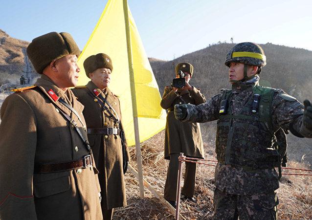 Los militares norcoreanos y surcoreanos durante una inspección de puestos de guardia fronteriza