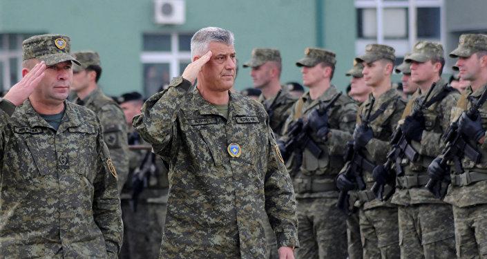 Hashim Thaci, presidente de Kosovo, con el ejército kosovar