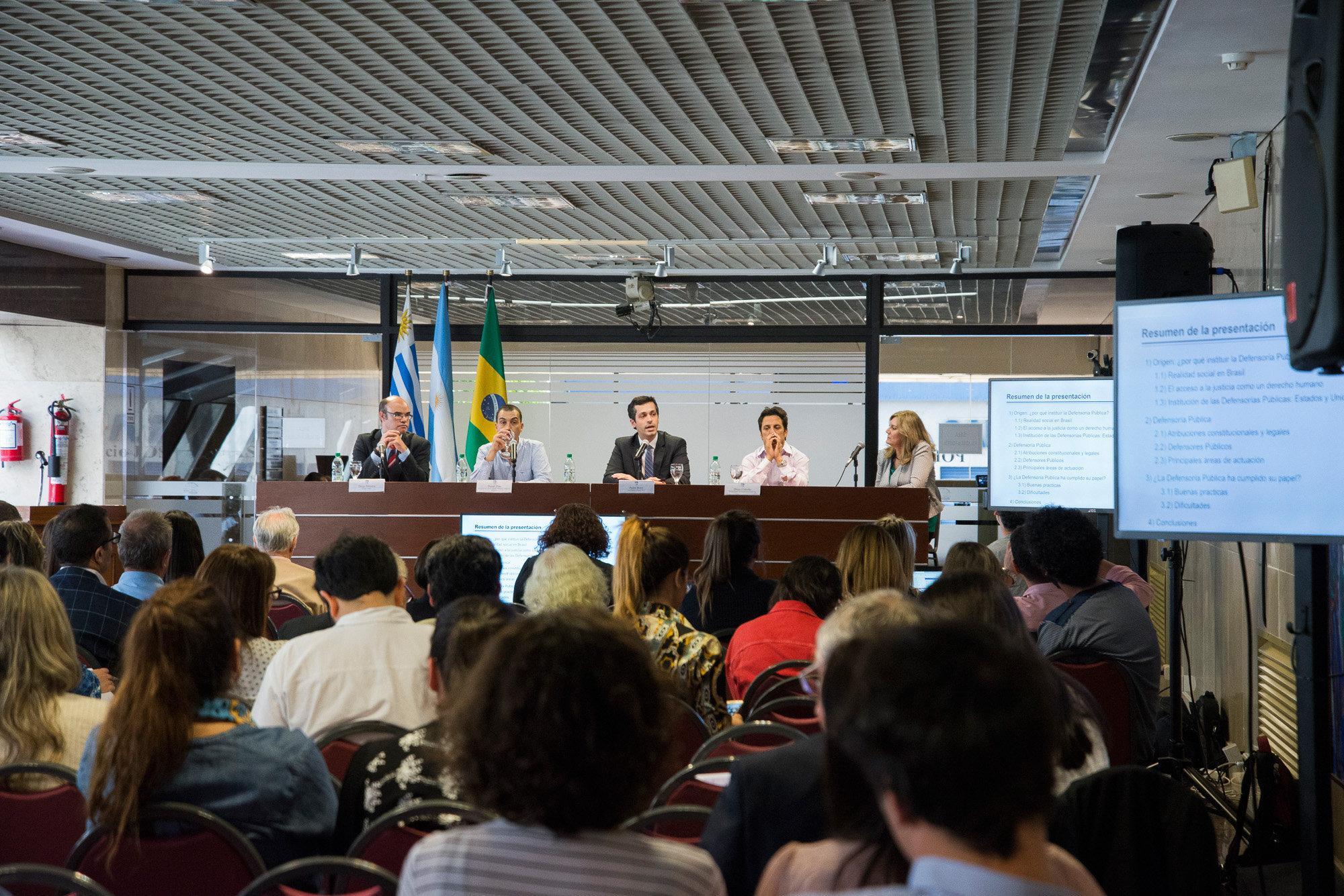 Pedro Bossi (centro), durante su exposición en el IX Espacio de Innovación Penitenciaria