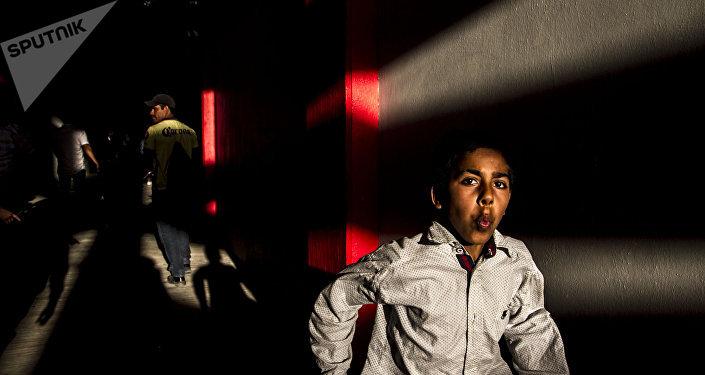 Joven intenta entrar a la plaza de toros Belisario Arteaga para ver el porrazo