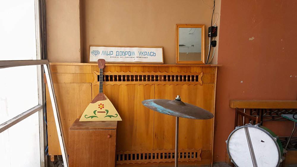 Instrumentos musicales de la época de la URSS en el edificio de la escuela en el pueblo Piramida en el archipiélago de Svalbard