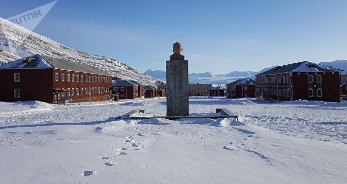 Vista del monumento a Vladímir Lenin y unos edificios del pueblo Piramida en el archipiélago de Svalbard