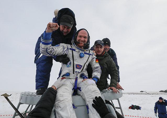 Alexander Herst, el astronauta alemán, tras el aterrizaje de la cápsula de la nave Soyuz MS-09