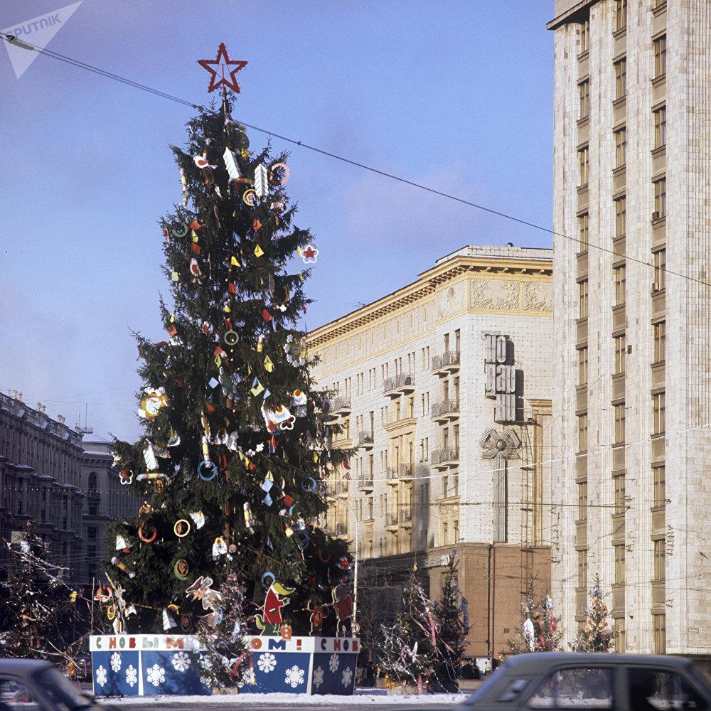 Un árbol de Navidad en la Plaza Manéznaya de Moscú (archivo)