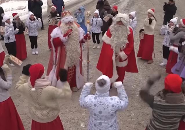 Papá Noel se reúne con su 'homólogo' ruso en la región de Leningrado