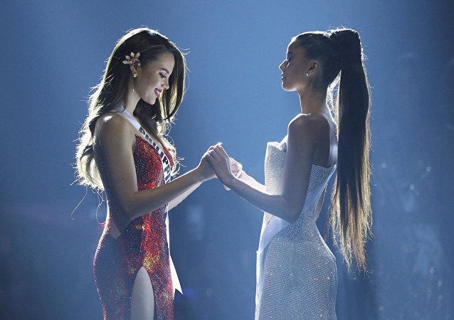 Catriona Gray (izda.), Miss Filipinas, y Tamaryn Green (dcha.), Miss Sudáfrica, en la final del certamen de belleza Miss Universo celebrado en Bangkok (Tailandia) el 17 de diciembre de 2018