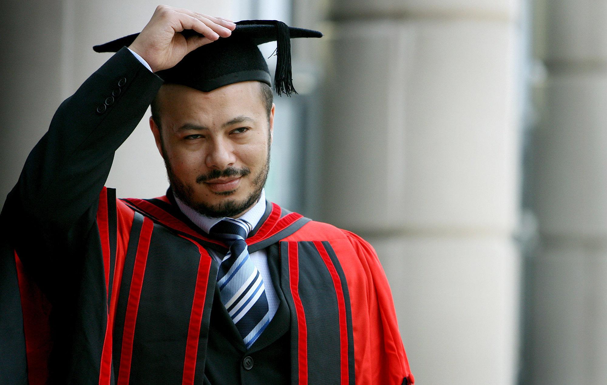 El hijo mayor Muhamad Gadafi posa ante los fotógrafos tras graduarse de la Universidad de Liverpool.