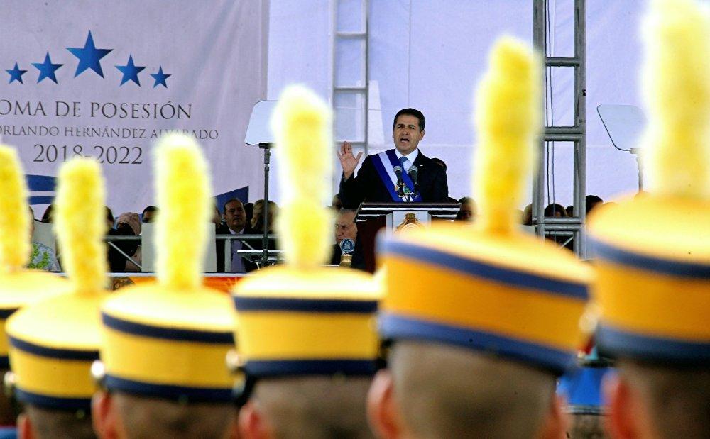 El 27 de enero en Honduras tuvo lugar la toma de posesión de Juan Orlando Hernández, primer presidente reelecto en la historia democrática del país. La investidura se hizo posible después de los cambios realizados durante su Gobierno a la Constitución para legalizar la reelección presidencial, lo que provocó el rechazo de gran parte de la población del país.