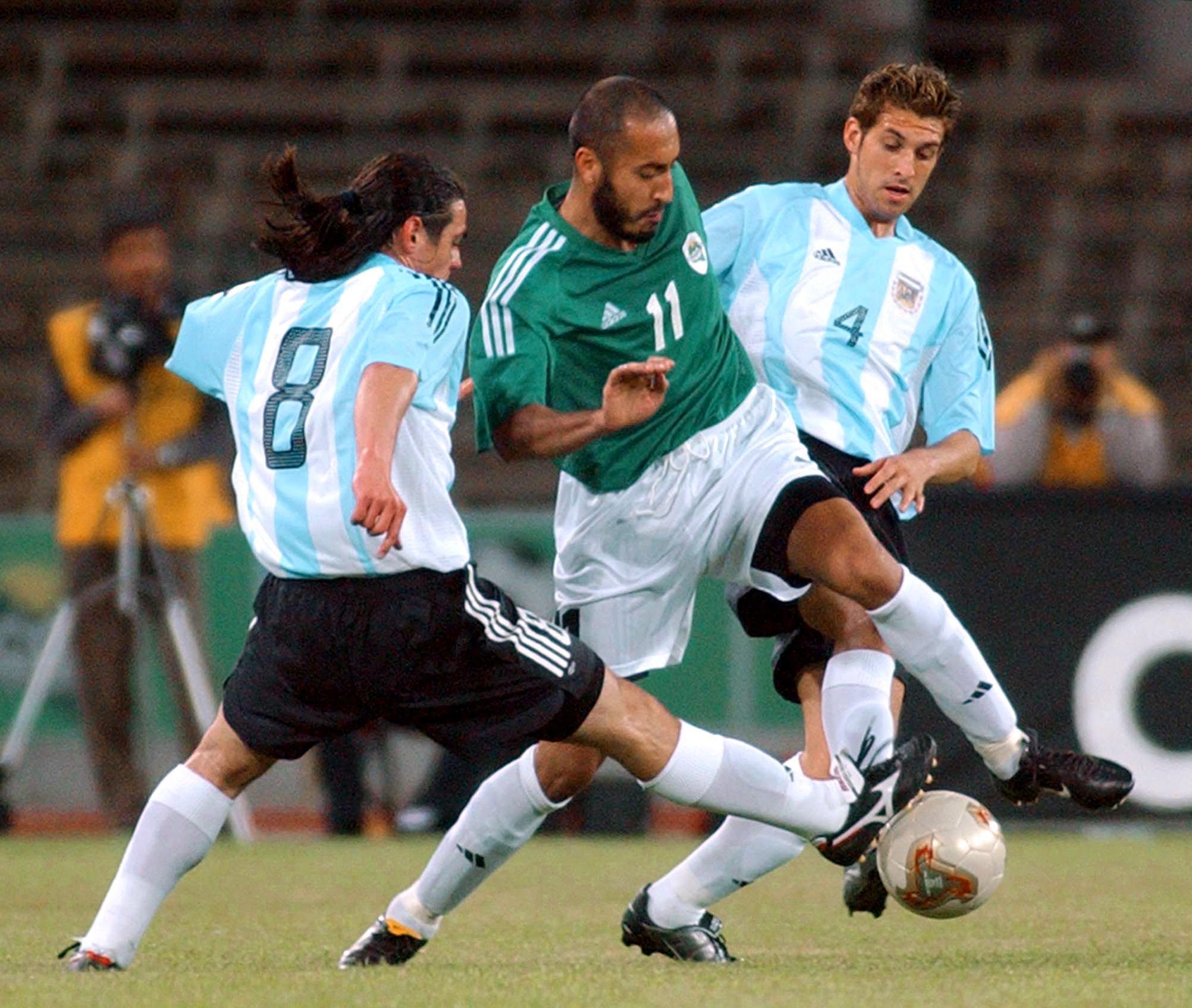 Saadi Gadafi lucha por la pelota durante un partido de fútbol disputado con el equipo de Argentina.