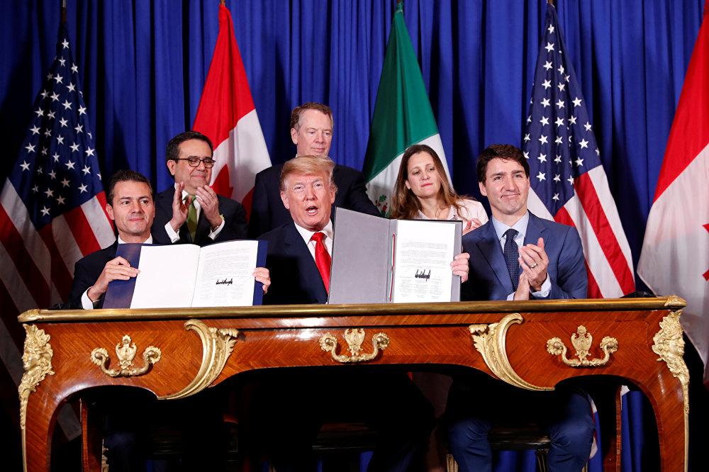 El 30 de noviembre los mandatarios de México, EEUU y Canadá firmaron un nuevo acuerdo de libre comercio, conocido como T-MEC. El pacto entrará en vigor después de ser aprobado por los Congresos de los países miembros y sustituirá al antiguo TLCAN, vigente desde 1994 y calificado por Donald Trump como uno de los peores tratados comerciales.