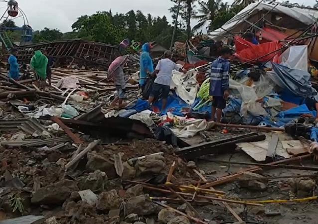 Devastación total en Indonesia tras el paso de un brutal tsunami