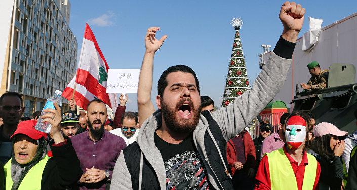 Un hombre participa en una protesta por la economía y la política del Líbano en Beirut