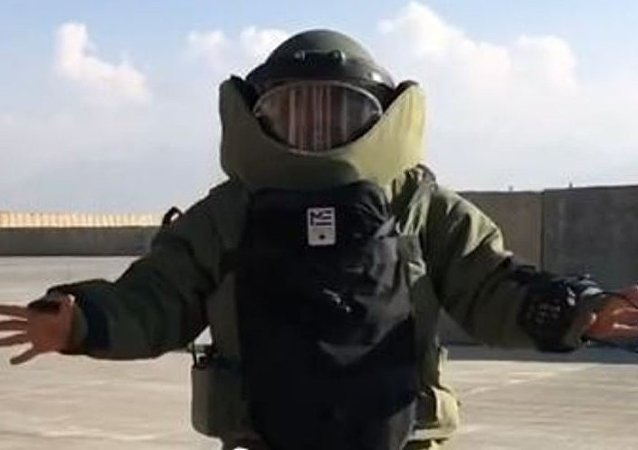 Mat Fraser en un traje antibombas