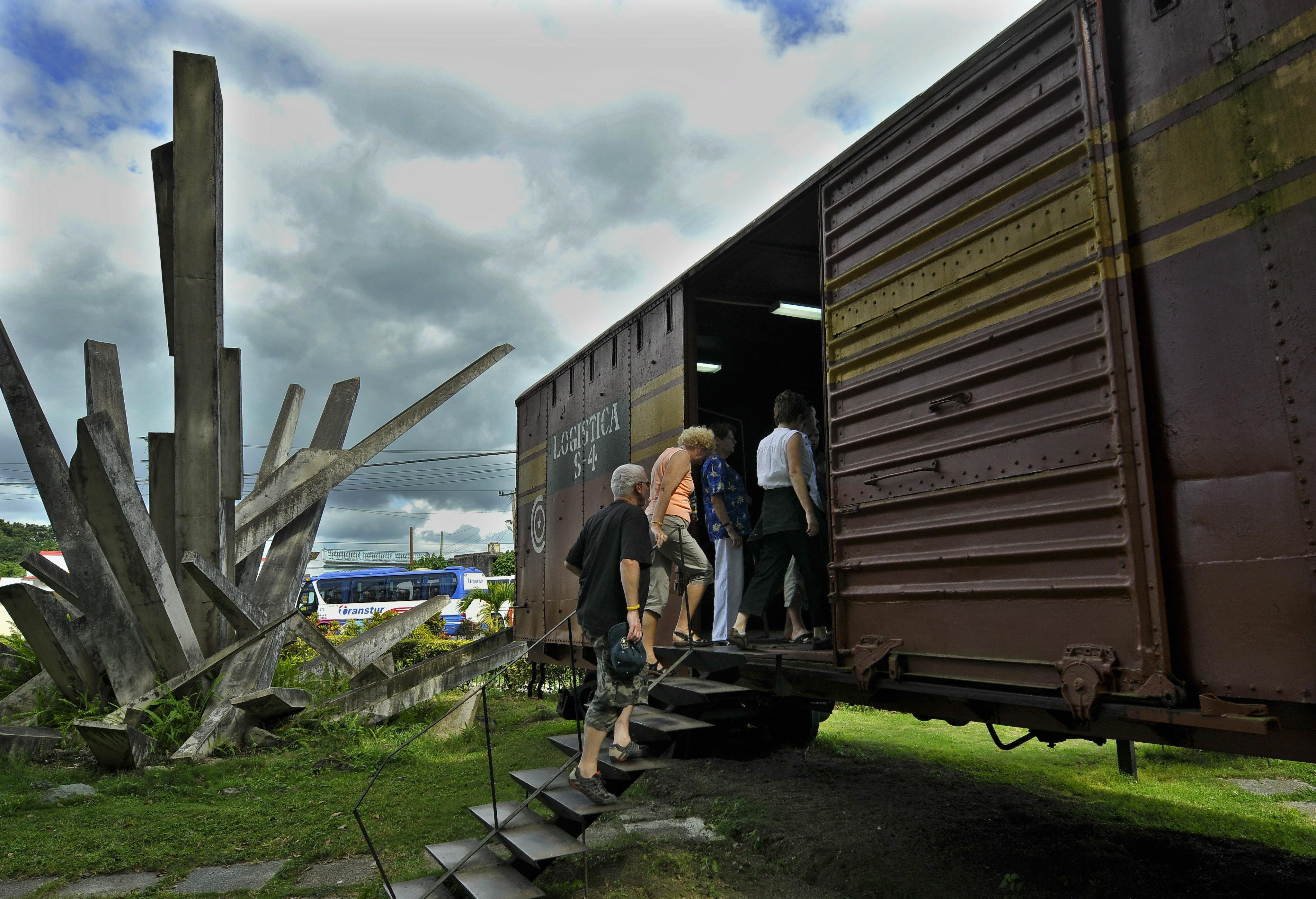 Turistas en Santa Clara visitan el tren blindado descarrilado en 1958