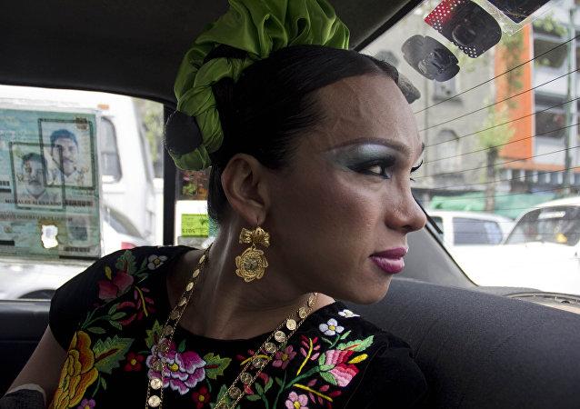 Ivonne, una muxe, viaja en taxi a una fiesta en Ciudad de México