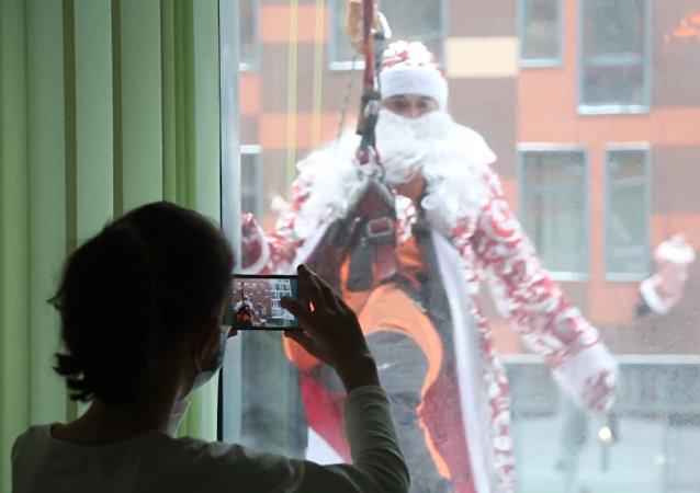 Decenas de Papás Noel visitan un hospital infantil en Rusia