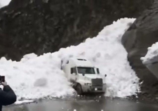 Una avalancha de nieve sepulta un camión