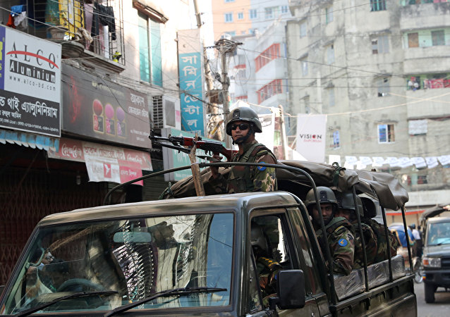 La policía de Bangladés patrulla las calles durante las elecciones