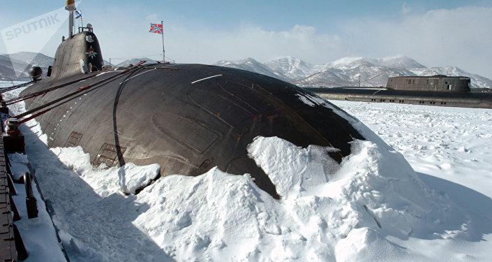 Un submarino nuclear ruso entre hielo