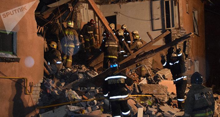 Hallan viva a una bebé bajo los escombros de edificio en Rusia
