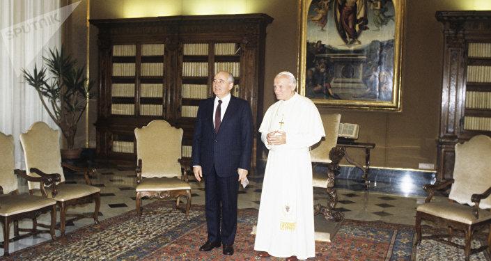 El líder soviético, Mijaíl Gorbachov, y el papa Juan Pablo II (archivo)