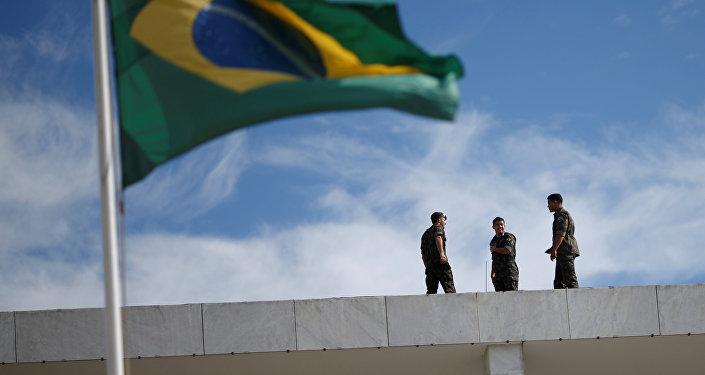 Soldados brasileños cerca de la bandera brasileña durante los preparativos de seguridad para la ceremonia de investidura del presidente electo de Brasil, Jair Bolsonaro
