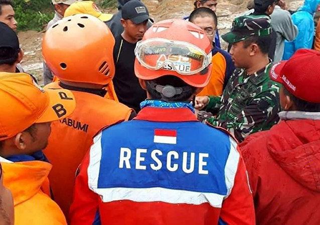 Trabajo de rescate tras deslisamiento de tierra en Indonesia