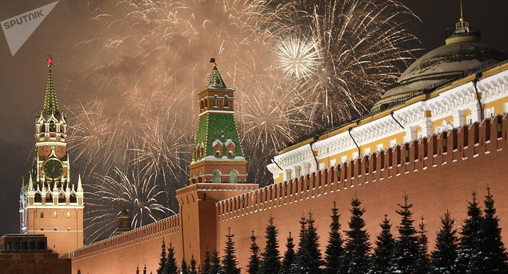 Fuegos artificiales en el cielo sobre el Kremlin