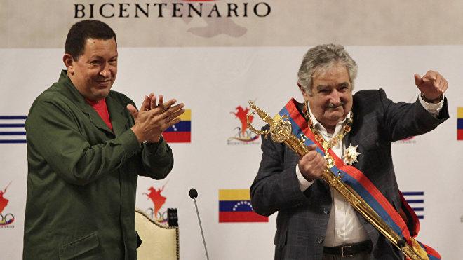 El presidente de Venezuela, Hugo Chávez, entrega a el presidente de Uruguay, José Mujica, una réplica de la espada de Simón Bolívar, Caracas, 7 de abril de 2010